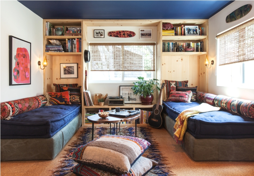 Темно-синий потолок и светлые стены в комнате мальчиков-подростков