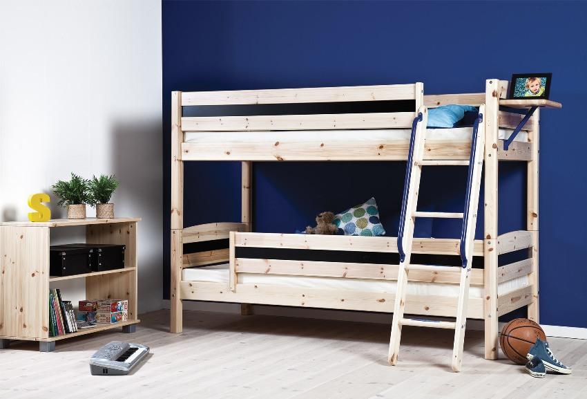 Контрастная стена синего цвета в комнате двух мальчиков