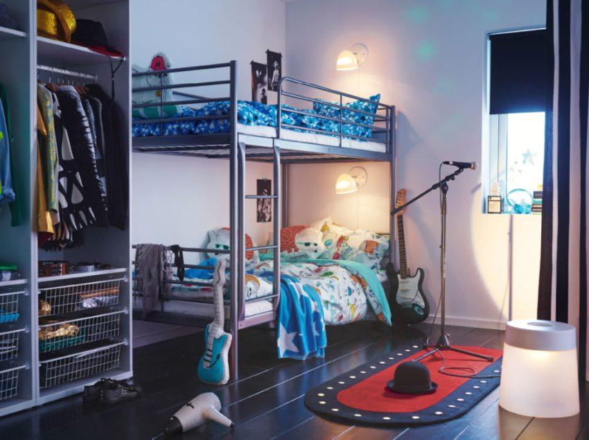 Возле каждой кровати оборудован настенный светильник