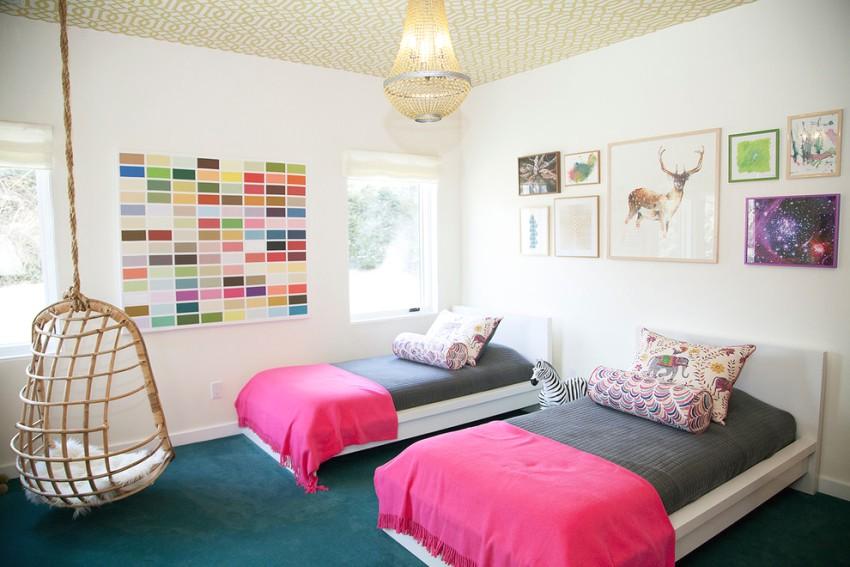 Две комфортные детские кроватки в комнате девочек
