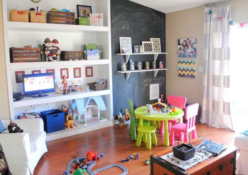 На открытых полках можно разместить игрушки, книги и ящики с мелкими предметами