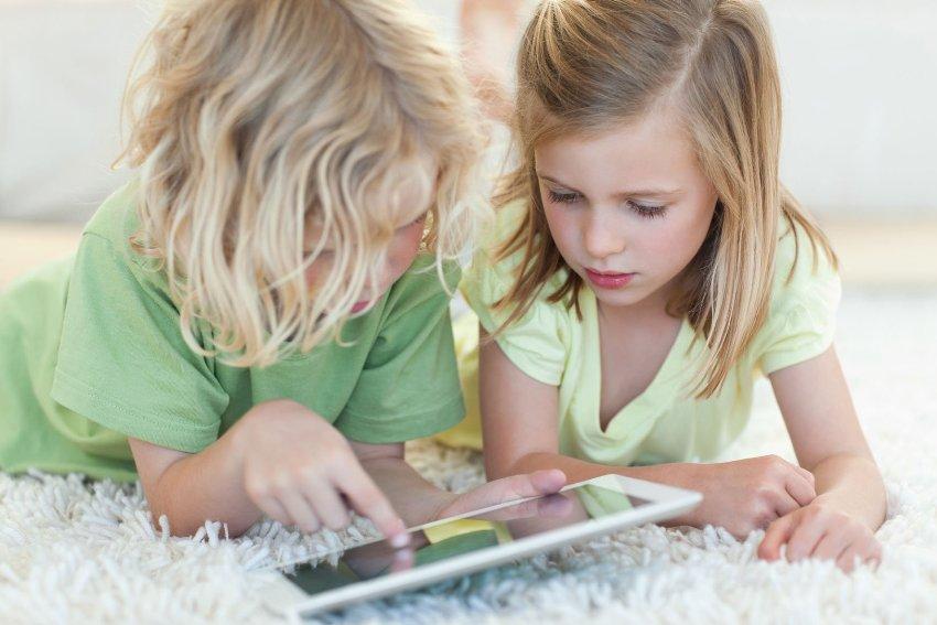 Дети любят играть на полу, поэтому необходимо позаботиться о теплом и мягком ковре