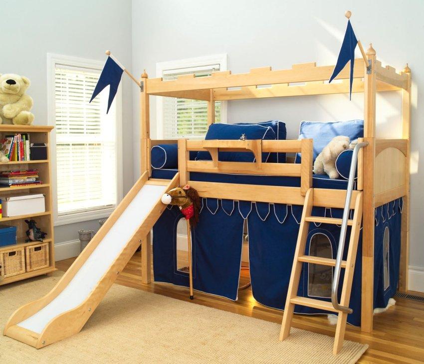 Двухэтажная кровать, стилизованная под рыцарскую крепость