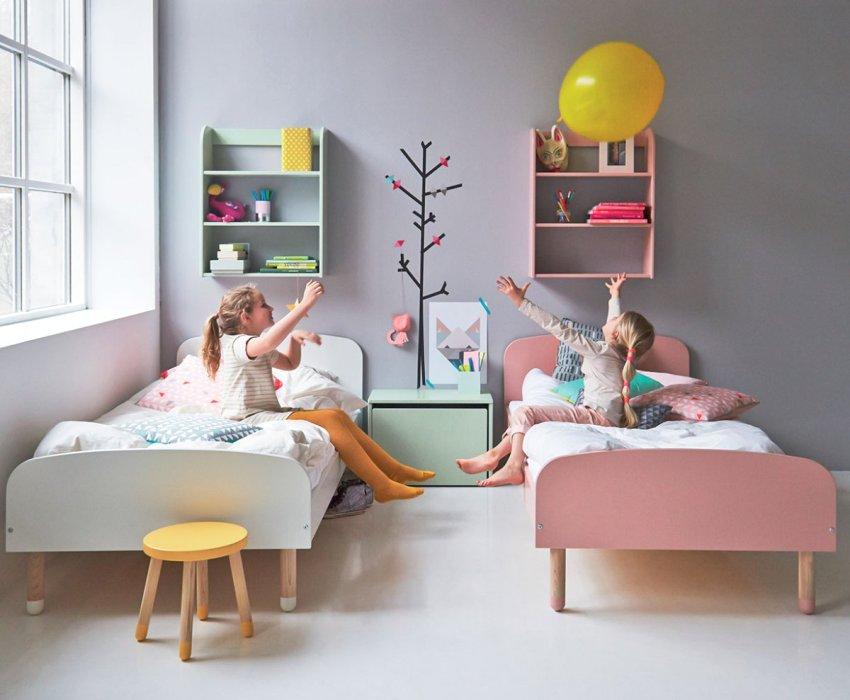 Лаконичный минимализм в оформлении комнаты двух сестер