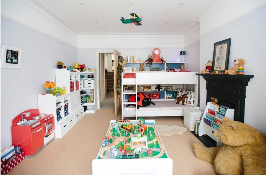 В комнате девочки и мальчика дошкольного возраста основное пространство отведено под игровую зону