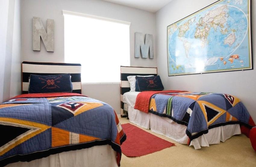 Большая карта мира на стене в комнате двух мальчиков