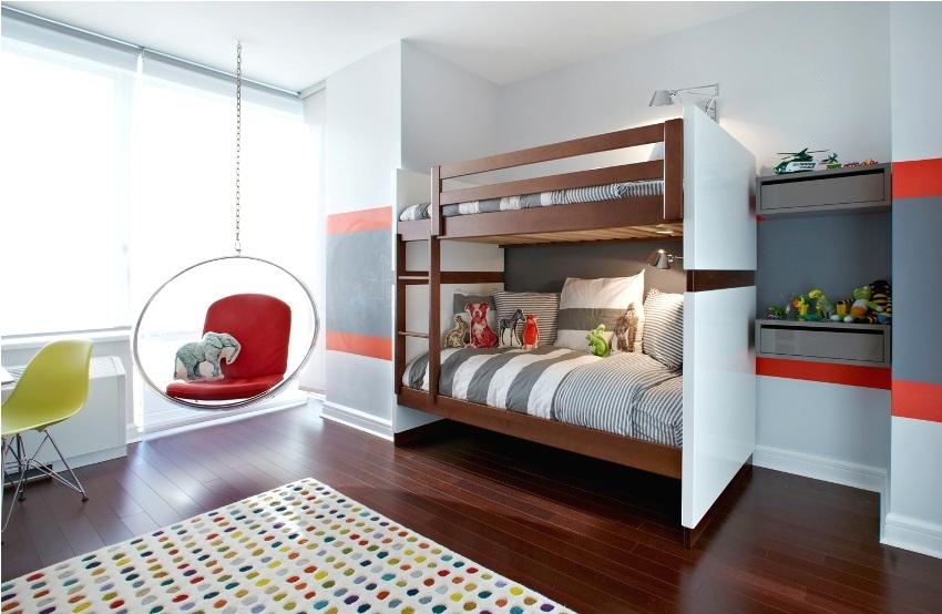 Двухъярусная кровать в комнате для двоих братьев