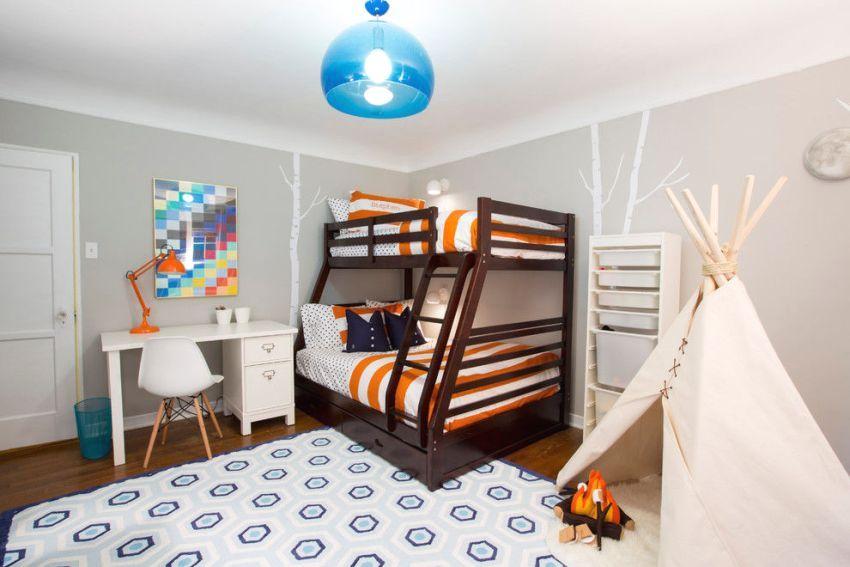 Комната для двоих детей с игровыми элементами в виде шалаша и костра