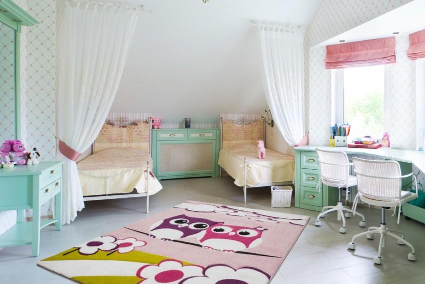 Нежная и красивая спальня двух сестер школьного возраста