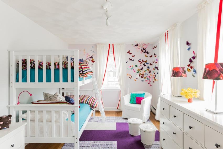 Двухъярусная кровать в детской комнате девочек