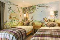 Стены комнаты двух детей украшены рисунками из любимых мультфильмов