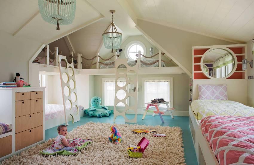 Оригинальные лестницы в детской комнате для доступа к игровому чердаку
