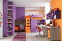 Сочетание оранжевого и фиолетового цветов в оформлении детской