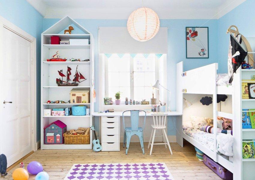 Детская комната дополнена аксессуарами морской тематики