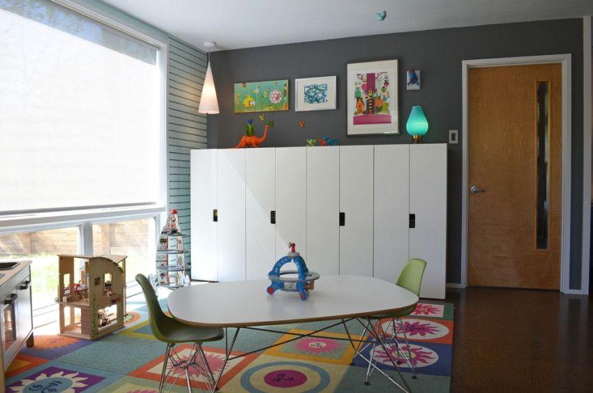 Шкаф и стол со стульями изготовлены в едином стиле
