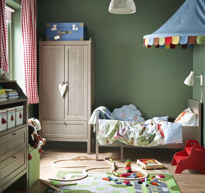 В комнату ребенка желательно приобретать мебель из натурального дерева