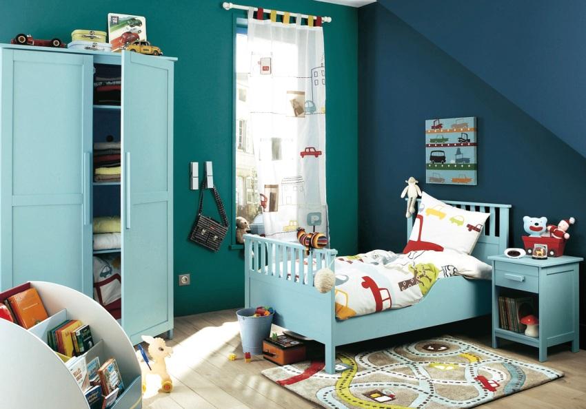 Интерьер комнаты мальчика выдержан в сине-голубых тонах