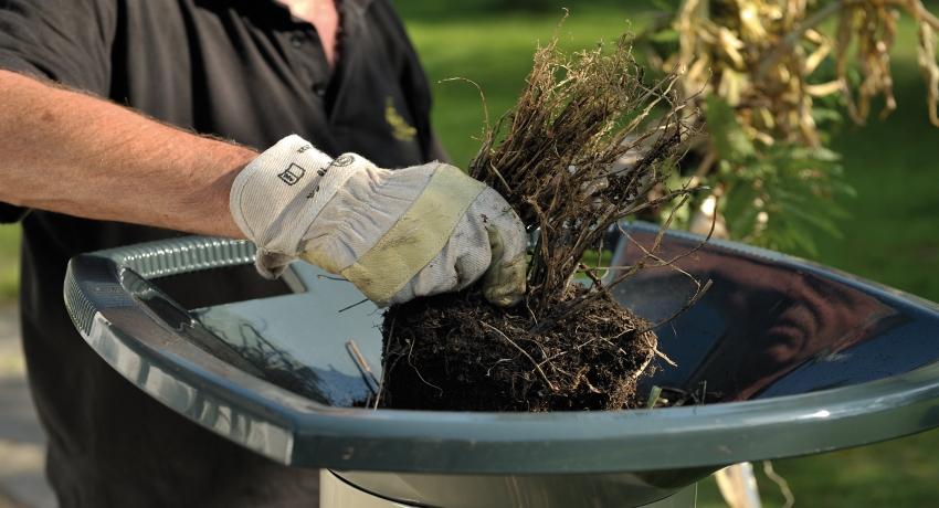 С помощью электрического садового измельчителя можно подготовить ветки и траву для закладки в компостную яму