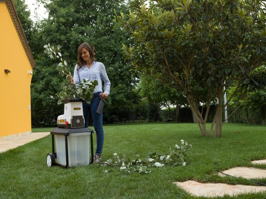 При содержании сада или большого участка измельчитель незаменим