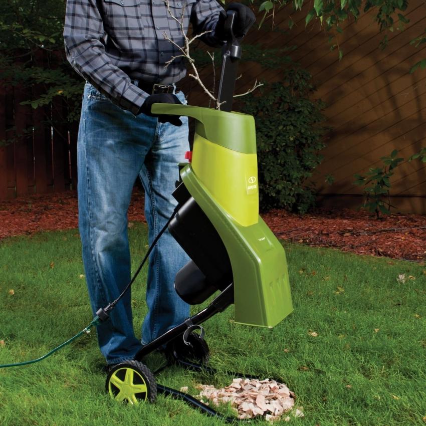 Покупной или изготовленный собственноручно измельчитель значительно облегчает жизнь садовода