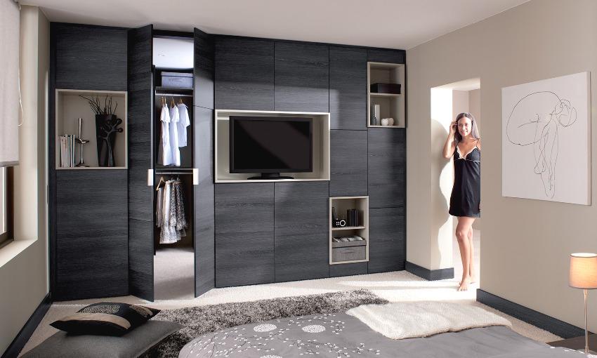 Под обустройство гардеробной комнаты выделена часть спальни