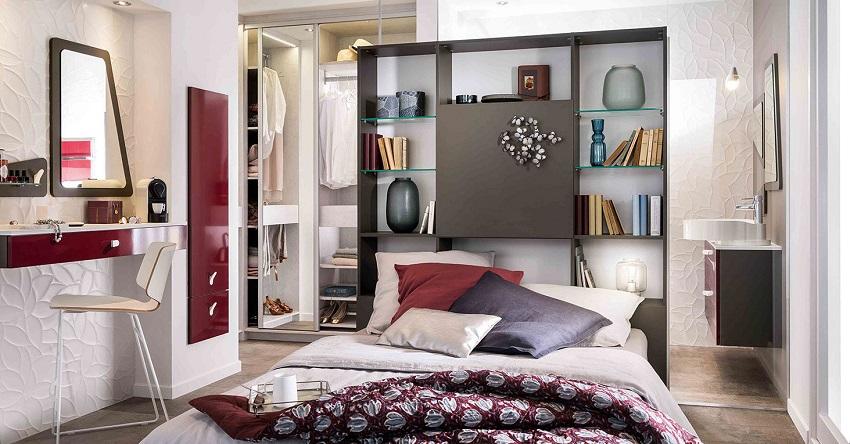 Гардеробная в спальне, размещенная за изголовьем кровати