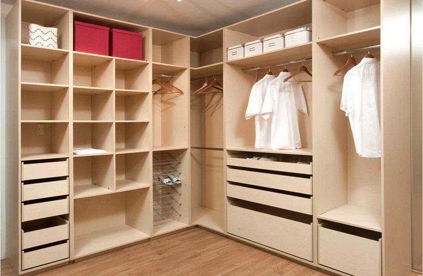 Удобная система наполнения угловой гардеробной в кладовке