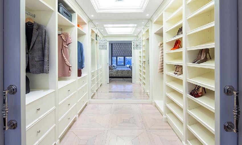 Параллельное размещение стеллажей и полок в гардеробной