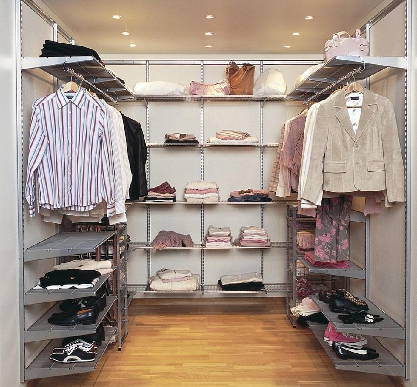 Каркасная система хранения в маленькой гардеробной