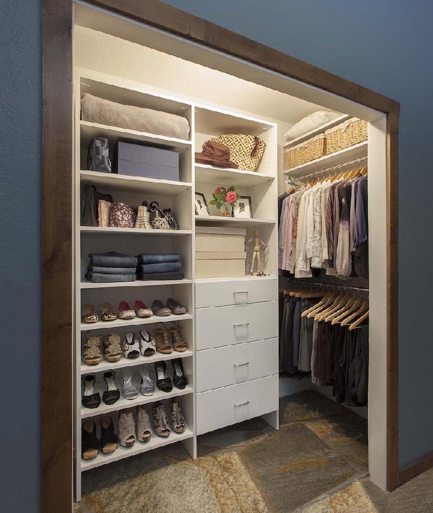 Компактная система хранения в гардеробной из кладовки
