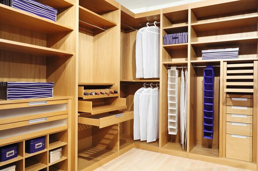 Корпусная угловая конструкция в гардеробной