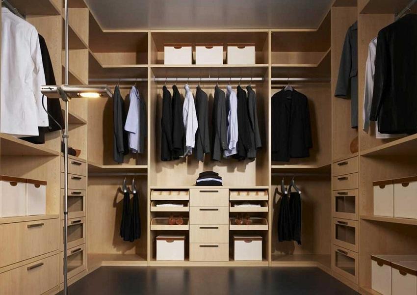 Оформление вместительной гардеробной комнаты