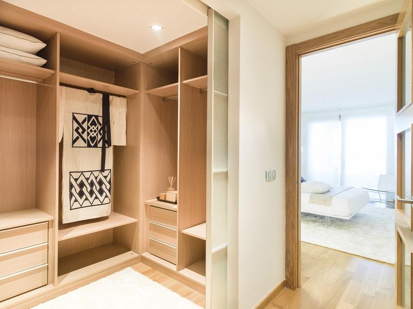 Компактная угловая гардеробная в спальне
