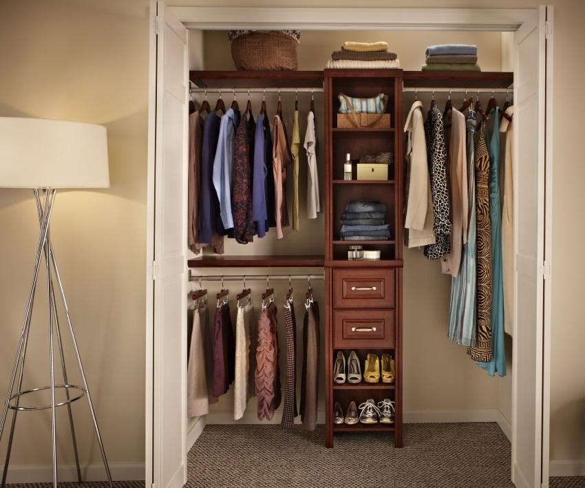 Вариант внутреннего наполнения гардеробной комнаты в кладовой