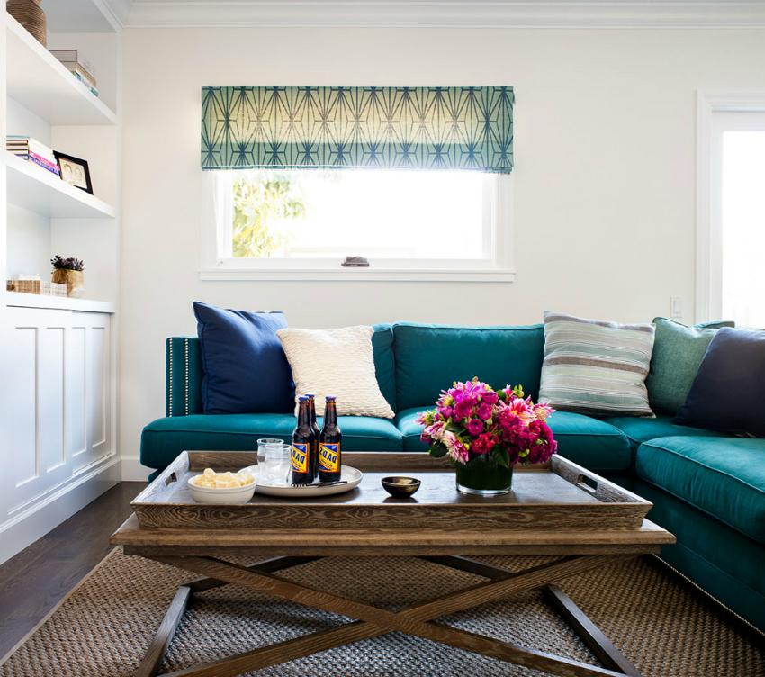 Для небольших помещений лучше использовать диван простой формы, но с яркой обивкой