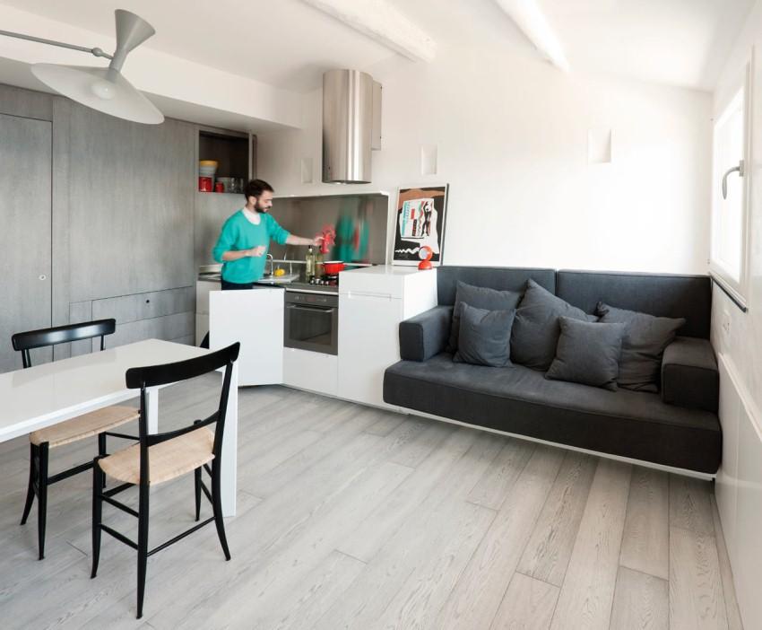 Компактный, мягкий диван можно выигрышно объединить с маленькой кухней