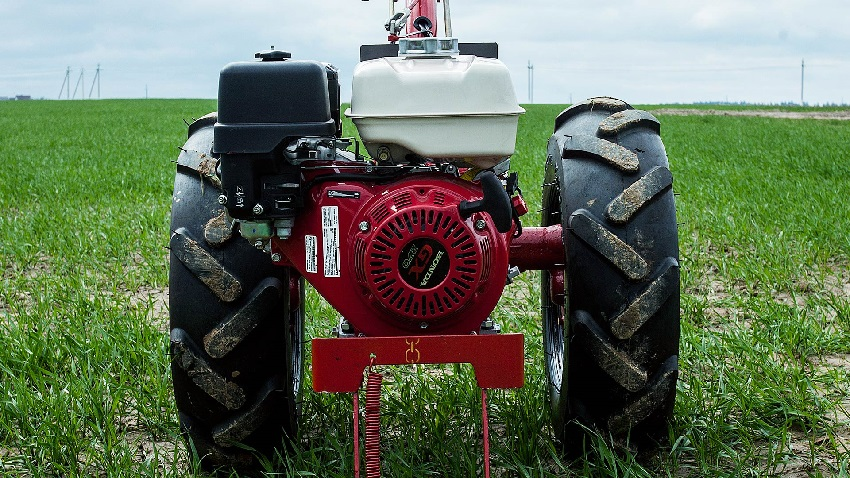 Мотоблоком также можно косить траву