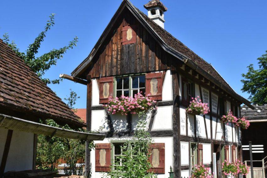 Фасад дома оформлен деревом и штукатуркой