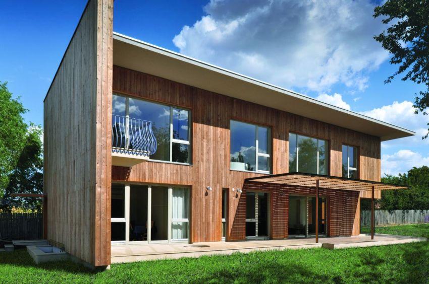 Современный двухэтажный дом, построенный из бруса