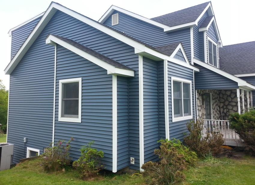 Дом обшит виниловым сайдингом синего цвета