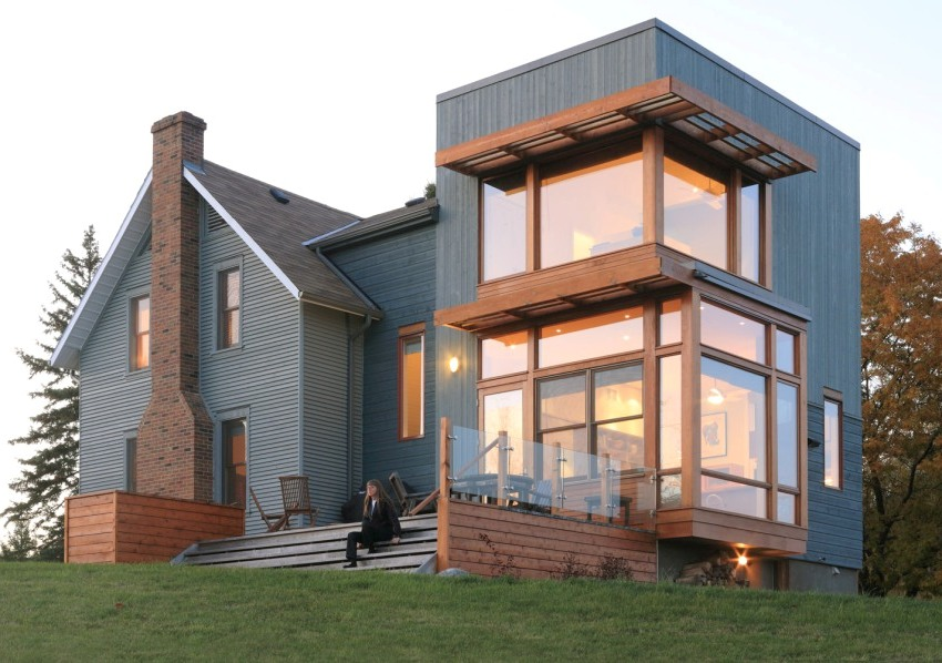 Крыльцо современного дома построено их бетона, дерева и стекла