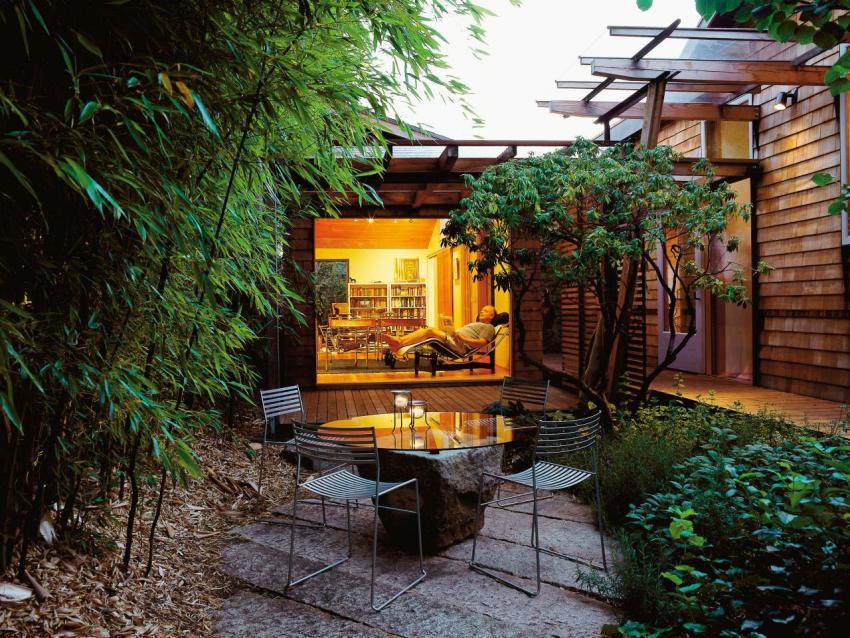 Уютный небольшой двор загородного частного дома