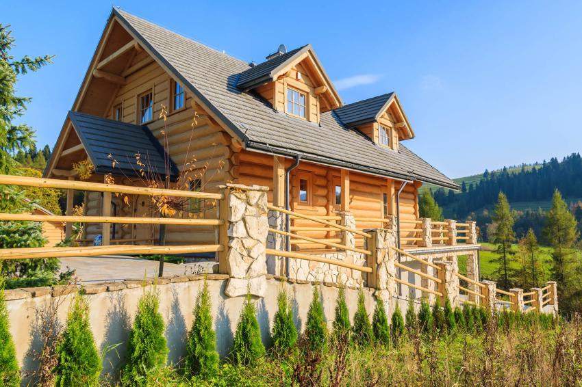 Дом из сруба с красивой отделкой цоколя натуральным камнем