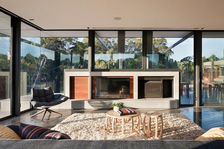 Панорамные окна позволяют любоваться ландшафтом придомовой территории