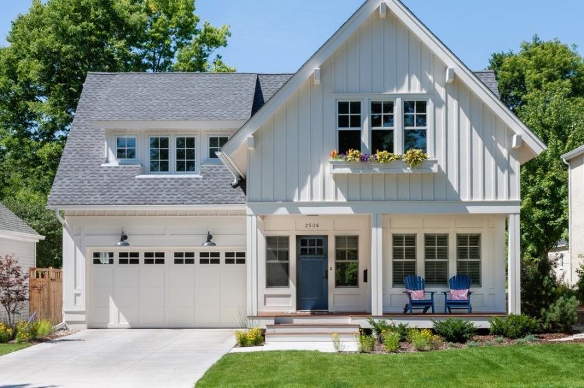 Аккуратный белый дом в американском стиле