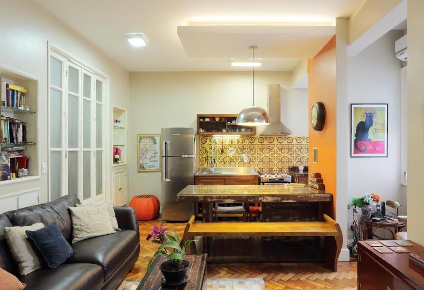 Кухонный фартук оформлен ярко-желтой керамической плиткой