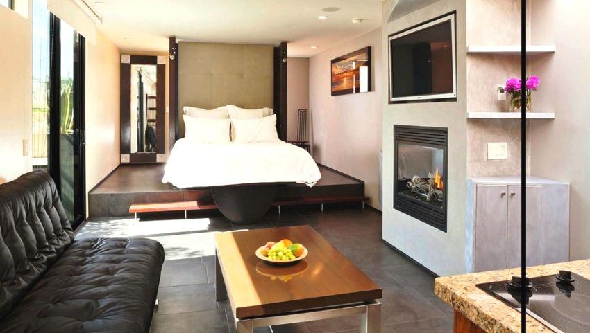 Спальное место расположено на подиуме