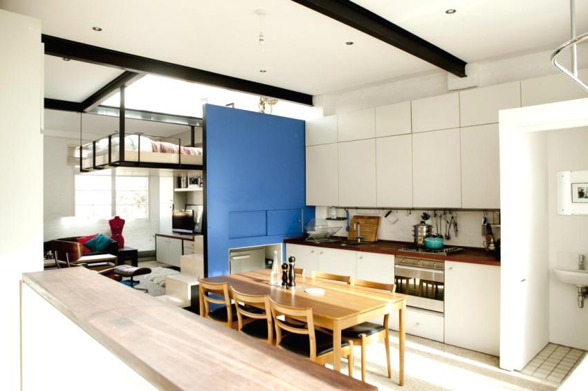 """""""Чердачное"""" спальное место и маленькая кухня в квартире хрущевке с перепланировкой"""