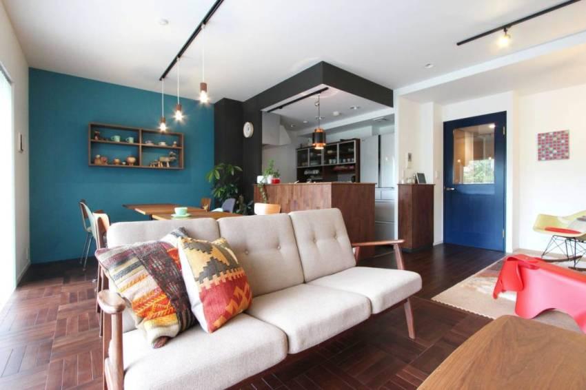 Одна из стен квартиры окрашена в цвет морской волны