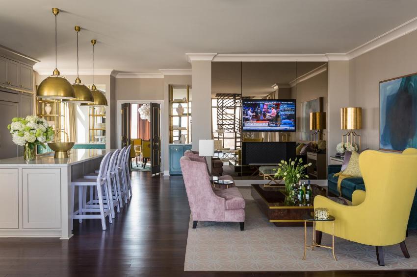 Интерьер студии выполнен с элементами стиля барокко